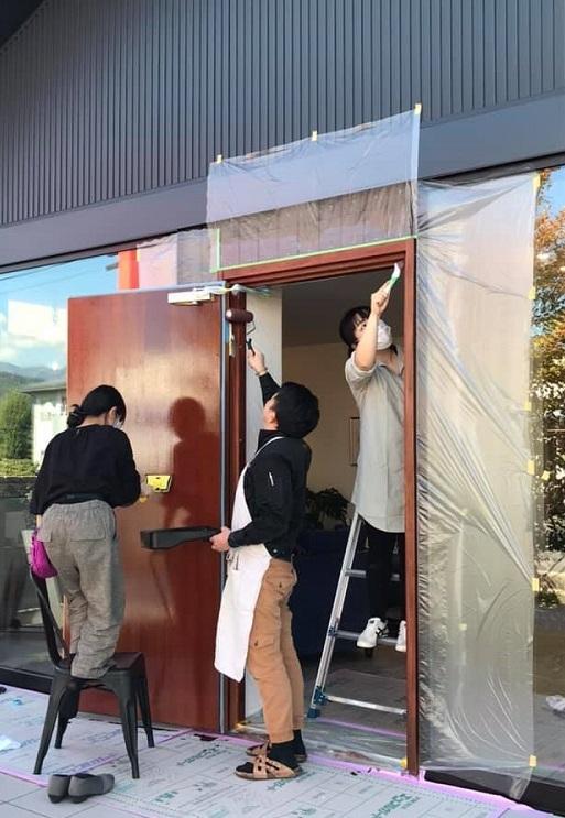 楽しくDIY♪ 木製ドアの塗り替え(前編)